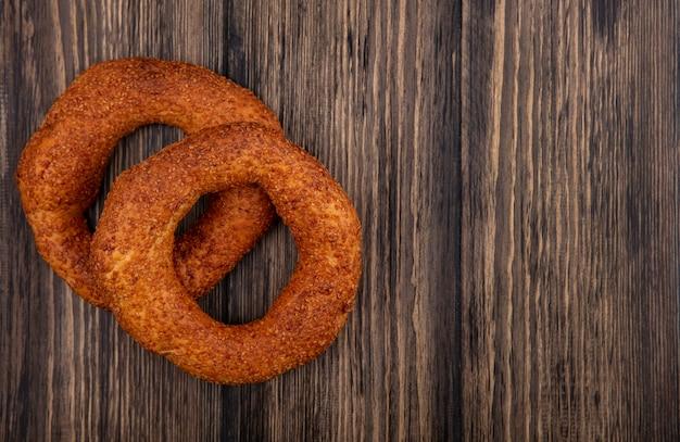 Draufsicht der frischen türkischen bagels auf einem hölzernen hintergrund mit kopienraum
