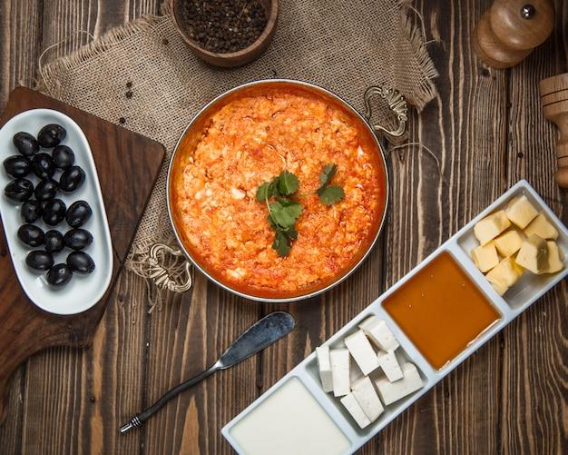 Draufsicht der gebratenen tomateneier