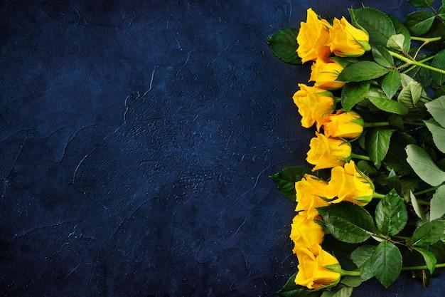 Draufsicht der gelben rosen auf klassischem blauem hintergrund