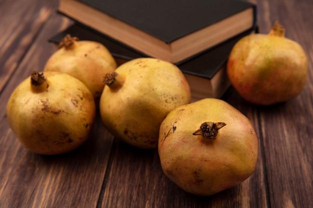 Draufsicht der gelblich rosa enthäuteten granatäpfel, die auf einer hölzernen oberfläche lokalisiert werden