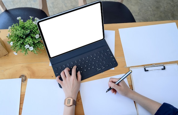 Draufsicht der geschäftsfrau arbeitend mit laptop im modernen büro
