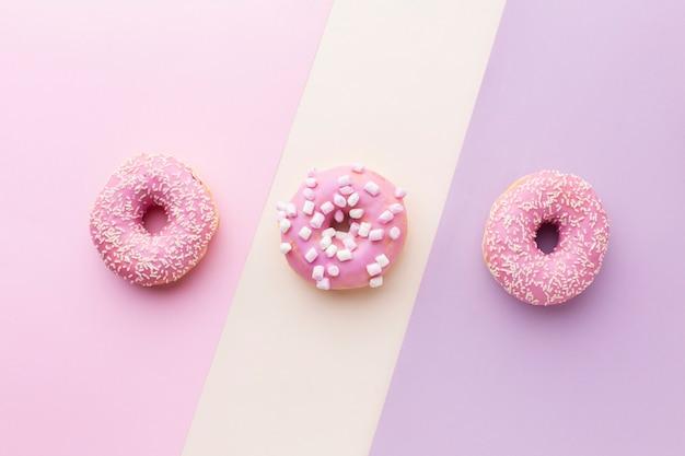 Draufsicht der geschmackvollen rosa glasierten schaumgummiringe