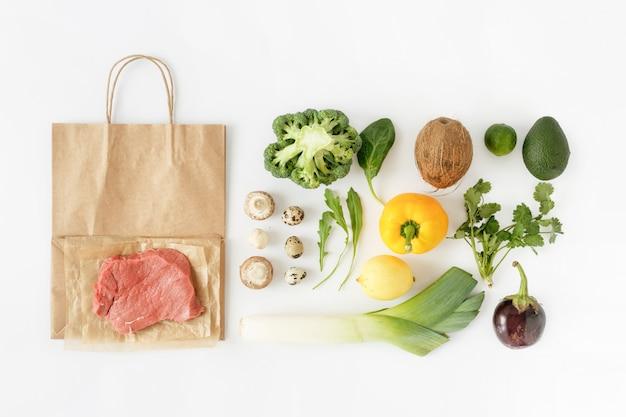 Draufsicht der gesunden ernährung gesundes lebensmittel der vollen papiertüte