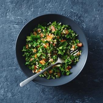 Draufsicht der gesunden sommer tabule salatschüssel