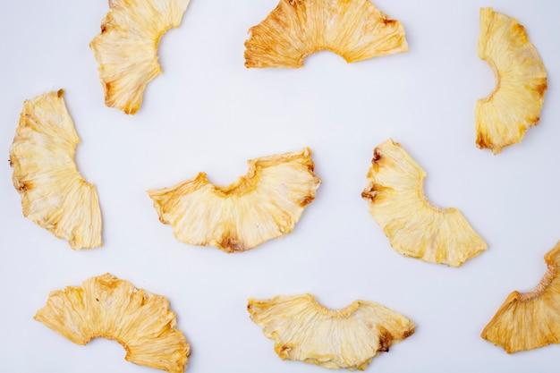 Draufsicht der getrockneten ananasscheiben lokalisiert auf weißem hintergrund