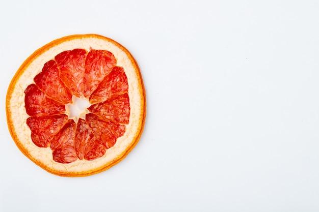 Draufsicht der getrockneten grapefruitscheibe lokalisiert auf weißem hintergrund mit kopienraum