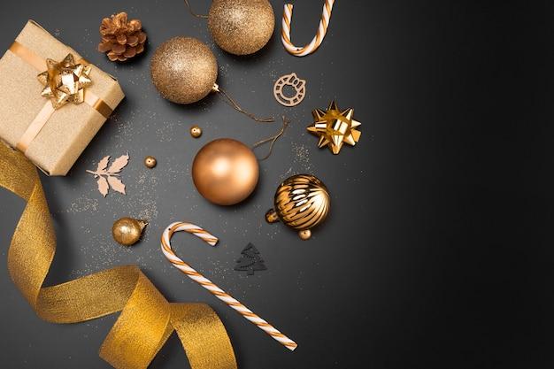 Draufsicht der goldenen weihnachtsverzierungen mit kopienraum