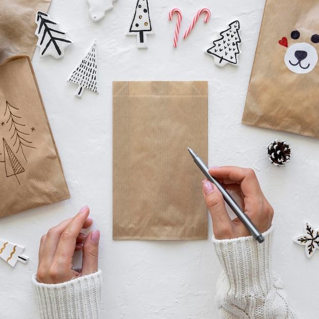 Draufsicht der hände, die auf weihnachtstasche zeichnen