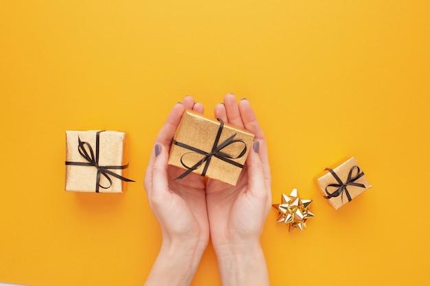 Draufsicht der hände, die geschenke halten