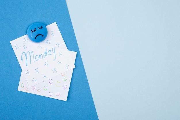 Draufsicht der haftnotiz mit kopierraum für blauen montag