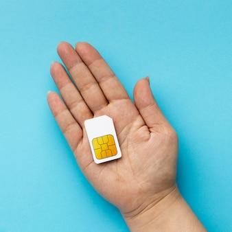 Draufsicht der hand, die sim-karte hält