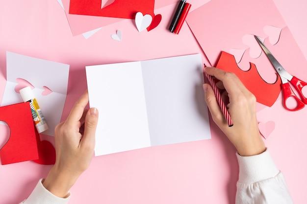 Draufsicht der handgemachten leeren, verspotten valentinstag-grußkarte vom papier