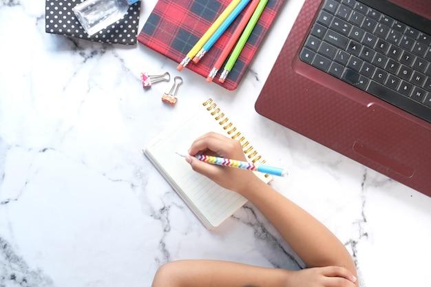 Draufsicht der handschrift des kindermädchens auf notizblock