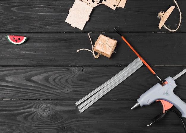 Draufsicht der handwerksausrüstung auf hölzernem hintergrund