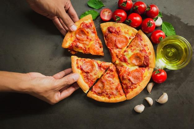 Draufsicht der heißen peperoni-pizza