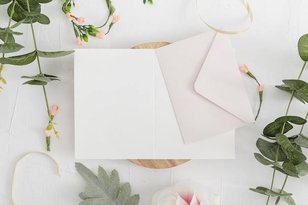 Draufsicht der hochzeitseinladung mit kopienraum
