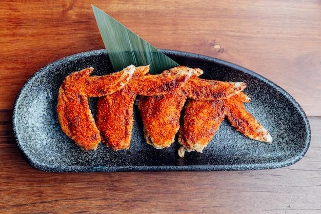Draufsicht der hühnerflügelbelag mit chilipulver diente als aperitif.