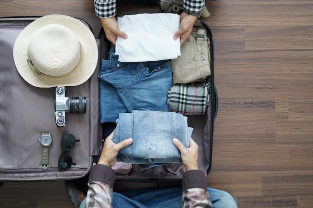 Draufsicht der jungen paare des reisenden, die flitterwochen-urlaubsreise planen