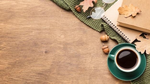Draufsicht der kaffeetasse mit herbstlaub und kopienraum