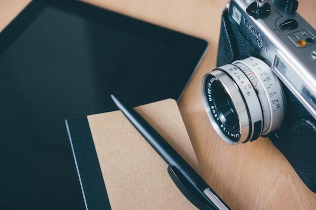 Draufsicht der kamera mit einem notebook