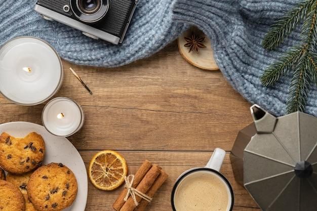 Draufsicht der kamera mit pullover und tasse kaffee