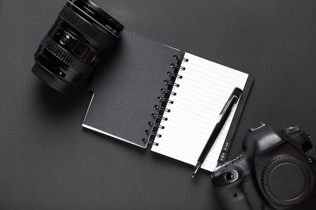 Draufsicht der kamera und des notizbuches