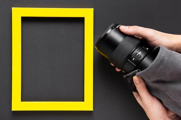 Draufsicht der kamera und des rahmens mit kopienraum