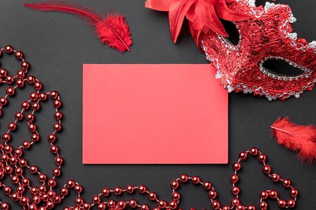 Draufsicht der karnevalsmaske mit federn und perlen