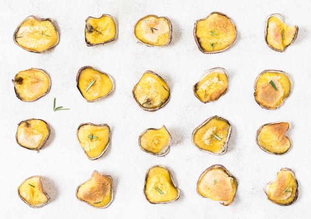 Draufsicht der kartoffelchips mit rosmarin
