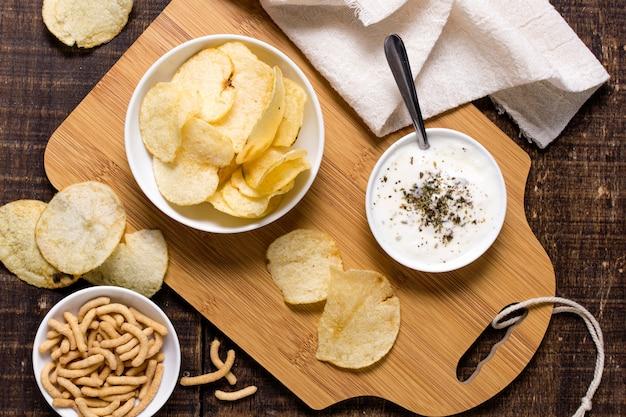 Draufsicht der kartoffelchips mit soße