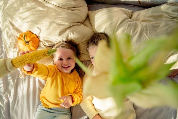 Draufsicht der kinder, die mit gemüse spielen
