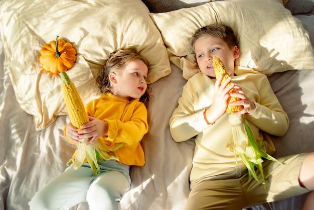 Draufsicht der kinder, die mit mais spielen