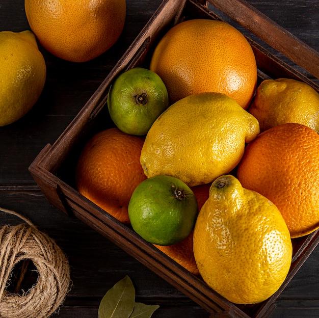 Draufsicht der kiste mit zitrusfrüchten