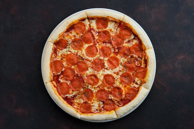 Draufsicht der klassischen pepperonipizza