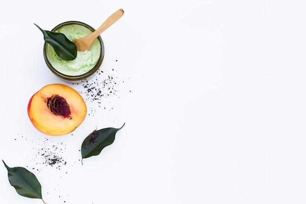 Draufsicht der körperbutter und -nektarine auf einfachem hintergrund