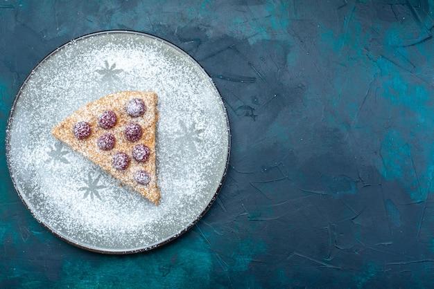 Draufsicht der köstlichen kuchenscheibe mit früchten und zuckerpulver auf der dunklen oberfläche