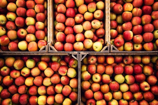 Draufsicht der köstlichen leckeren apfelfrucht auf dem markt, die zum verkauf bereit ist.