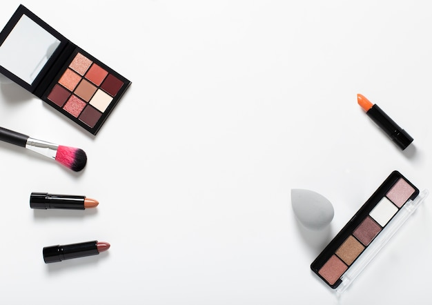 Draufsicht der kosmetischen anordnung auf normalem hintergrund