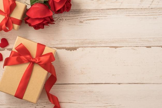 Draufsicht der kraft-geschenkbox mit rose, konzept des valentinstagsgeschenks.
