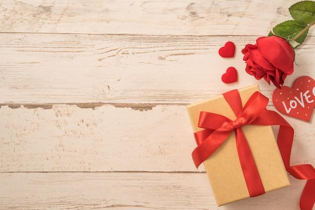Draufsicht der kraft-geschenkbox mit roter schleife für valentinstag.