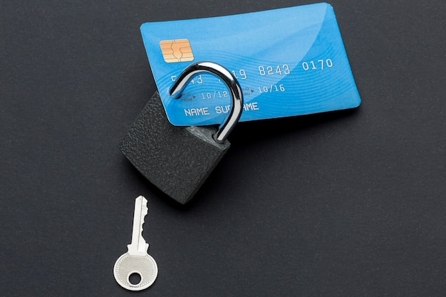 Draufsicht der kreditkarte mit schloss und schlüssel