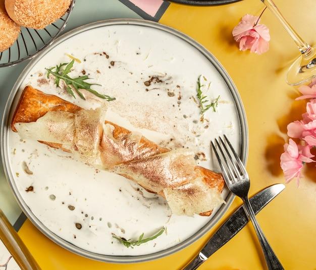 Draufsicht der langen torte, die mit ananas und zimtpulver gekrönt wird