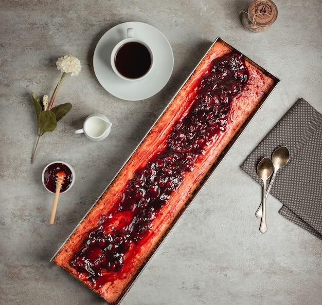 Draufsicht der langen torte mit kirschmarmelade