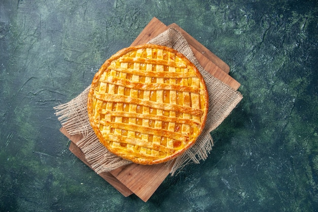 Draufsicht der leckeren kumquat-torte auf dunkelblauer oberfläche