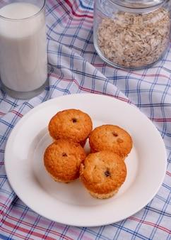 Draufsicht der leckeren muffins auf einem weißen teller