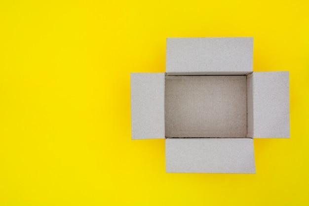 Draufsicht der leeren offenen pappschachtel des braunen papiers