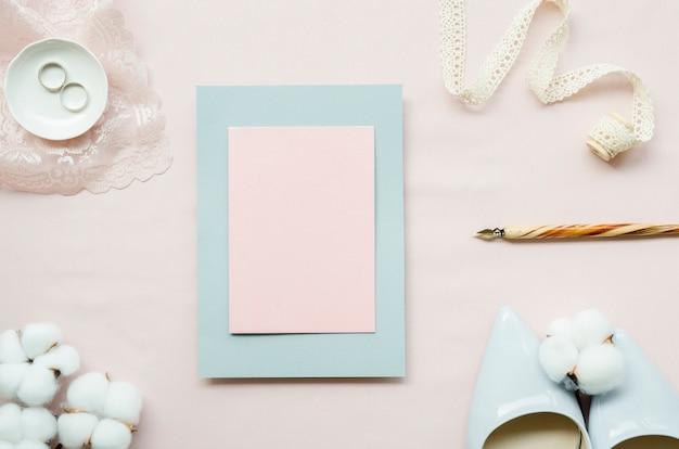 Draufsicht der leeren pastellhochzeitskarte