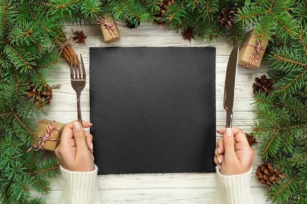 Draufsicht der leeren platte auf hölzerner weihnachtstabelle