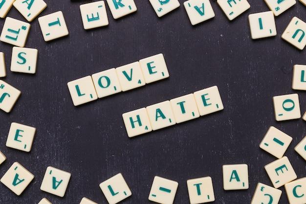 Draufsicht der liebe und des hasswortes auf schwarzem hintergrund