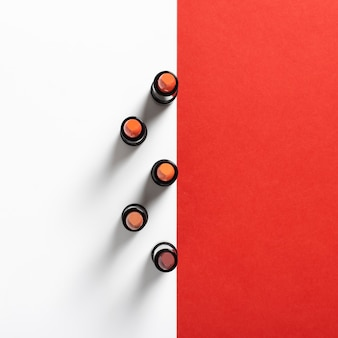Draufsicht der lippenstiftanordnung auf einfachem hintergrund